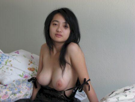 Femme asiatique sexy domina pour libertin qui se soumet