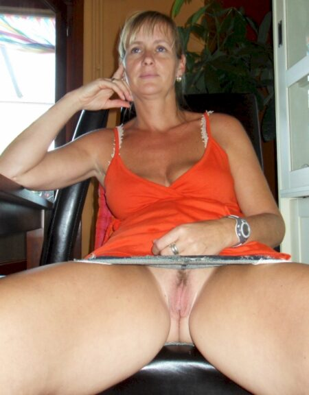 Femme mature coquine docile pour homme expérimenté de temps à autre disponible