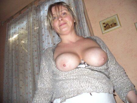 Très jolie femme seule qui est intéressée par un plan sexe